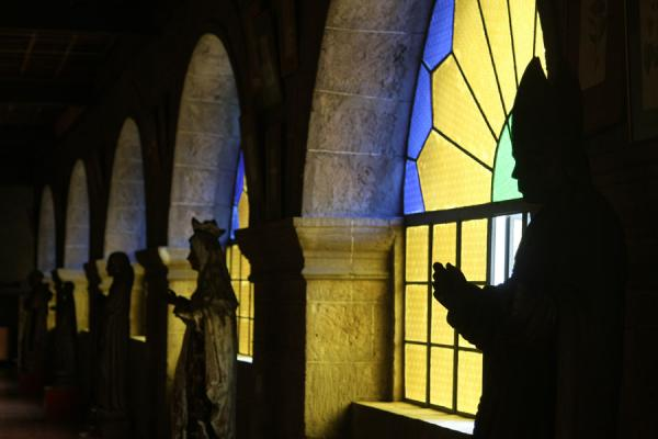 Foto di Filippine (Shadows of saints against stained glass in San Agustin Church)