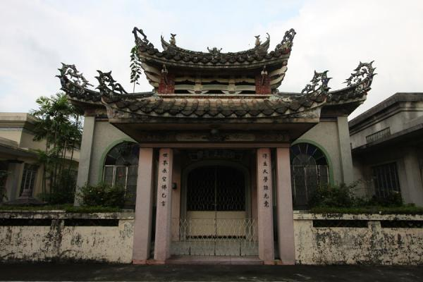 Picture of Chinese cemetery (Philippines): Chinese temple look for family tomb