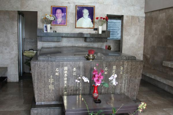 Foto van Typical interior of the graves at the Chinese cemeteryManilla - Filippijnen