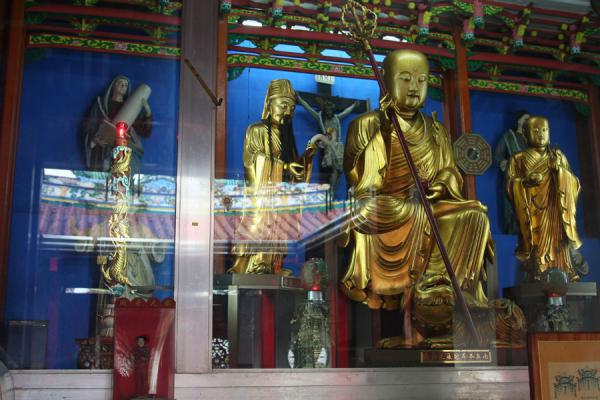 Picture of Chinese cemetery (Philippines): Multi-religious temple with Buddha and Jesus