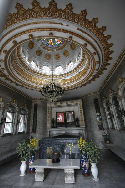 Picture of Chinese cemetery (Philippines): Interior of grave with marble and gold