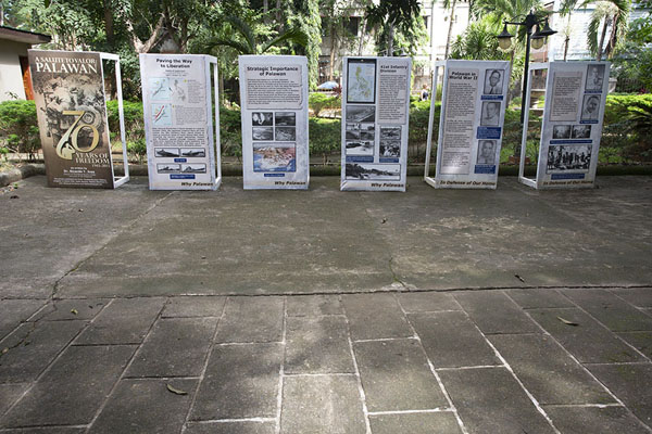 Foto van Plaques explaining the history of Plaza CuartelPuerto Princesa - Filippijnen