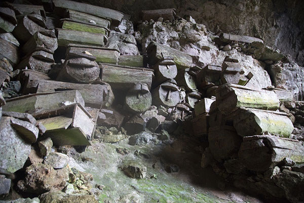 Collection of coffins in Lumiang burial cave, south of Sagada | Hanging coffins of Sagada | 非律賓