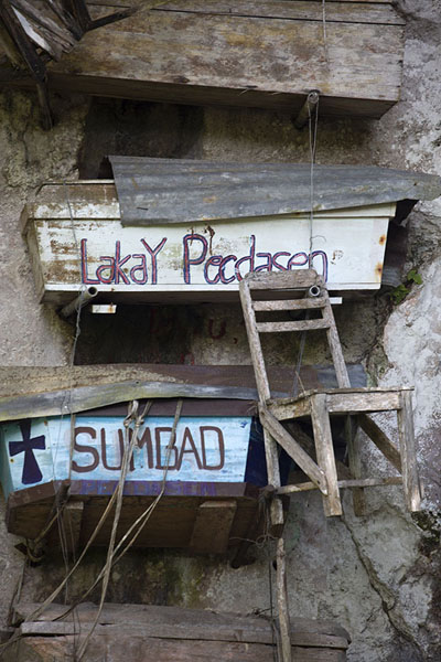Coffins and a wooden chair on a cliff outside Sagada | Ataúdes colgantes de Sagada | Filipinas