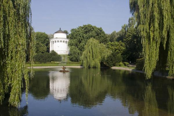Foto van Pond with water tower and willows in Saxon GardenWarschau - Polen