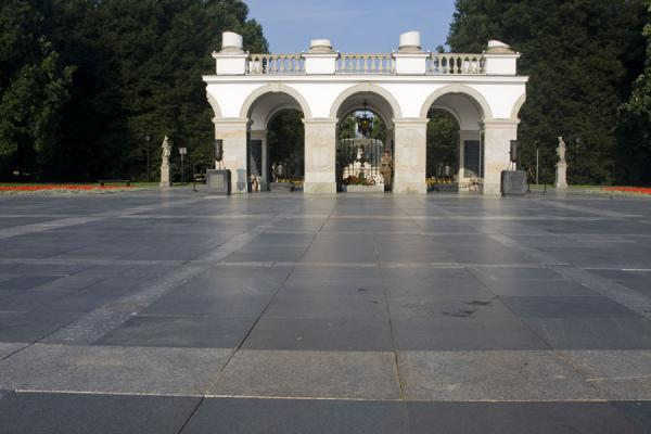 Foto van Tomb of the Unknown Soldier at the entrance to Saxon GardenWarschau - Polen