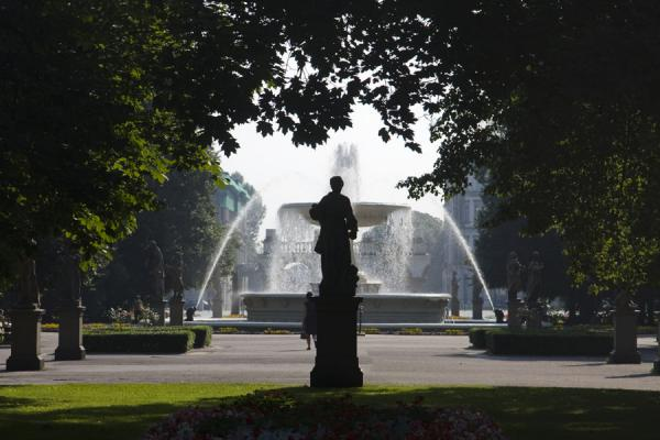 Foto de Statue with big fountain in the backgroundVarsovia - Polonia