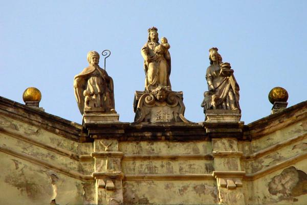 Picture of Stare Miasto (Poland): Old Town: statues looking down from the roof
