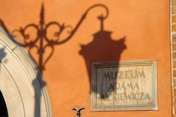 Foto van Shadows of a lantern on a wall in Old TownWarschau - Polen