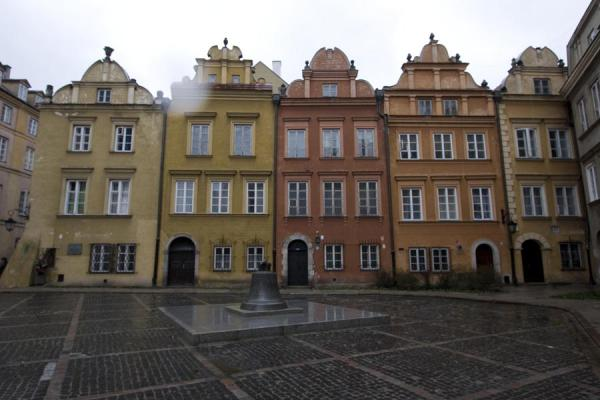Foto van Colourful houses in the Old Town under a grey skyWarschau - Polen