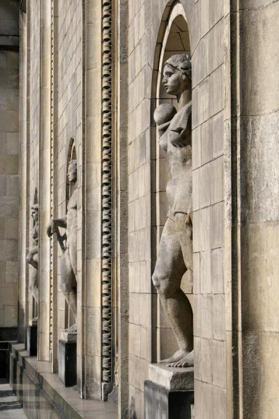Foto van Statues in the walls of the Palace of CultureWarschau - Polen