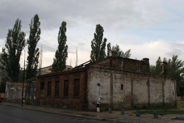 Foto van Ruins of a building with trees and passer-byWarschau - Polen