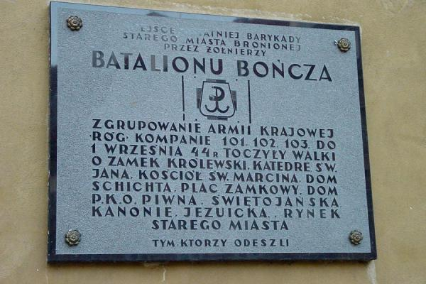Remembering those who fought for the city (Group of Polish Army. Corner of compain 101, 102, 103 to 1.09.1939 fights for castle, St. Jan's Catedral, St. Marcin, House of Chicht, Castle Square, Building of P.K.O, Streets: Piwna, Swietojanska, Cannonry of Jesus, Center of Old City.) | Warsaw War memorial stones | Poland