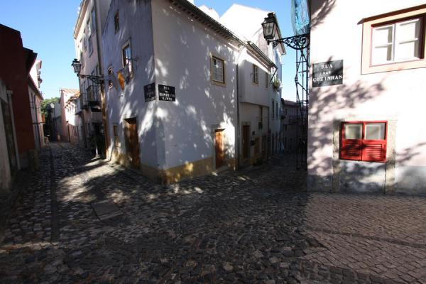 Photo de le Portugal (Quiet streets leading to a small square in Alfama district)