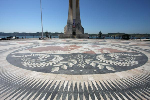 Foto de Windrose with a map of the world at the foot of the monumentLisboa - Portugal