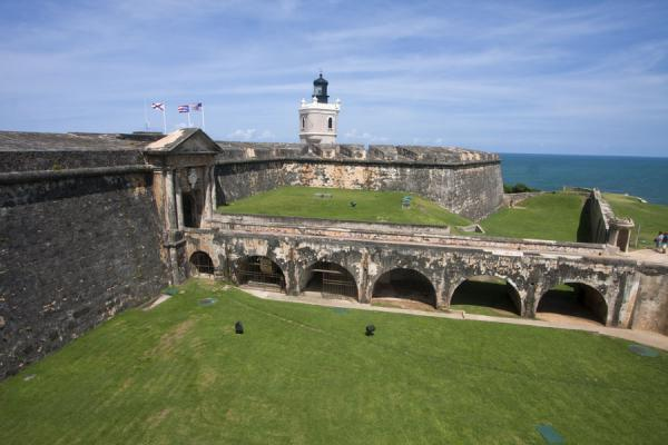 Foto di The entrance of the Fort San Felipe del Morro seen from a higher levelFortezza San Felipe del Morro - Porto Rico