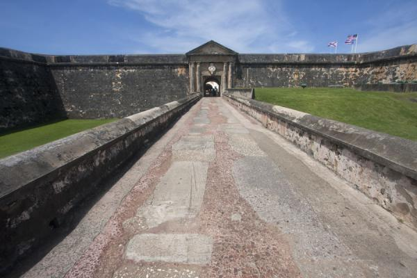 Foto de Walkway leading to the only entrance to the Fort San Felipe del Morro - Puerto Rico - América