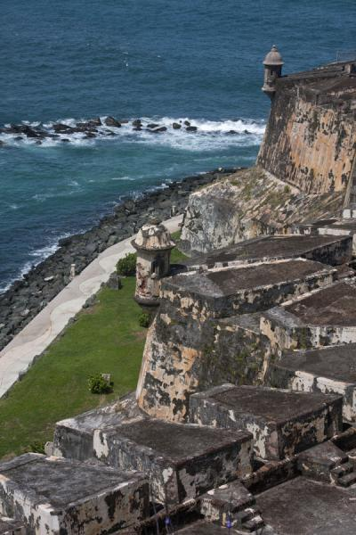 The sturdy defensive walls seen from above | Fort San Felipe del Morro | 波多黎各