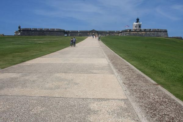 Foto di The entryway, or esplanade, to the fort from the historic old city of San JuanFortezza San Felipe del Morro - Porto Rico