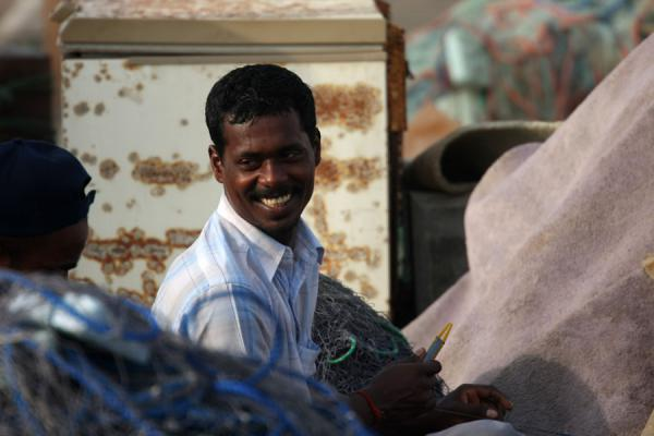 Photo de Joyful fishermen in Al Khor repairing their nets - Qatar - Asie