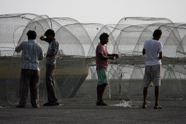 Fishermen in Al Khor repairing their nets | Al Khor pescateurs | Qatar
