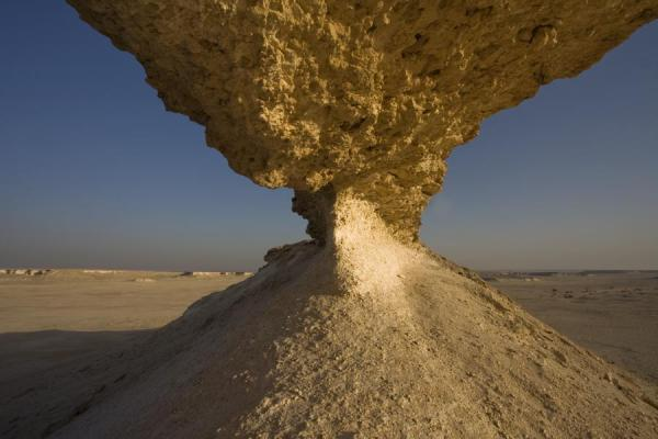 Foto di View of the Bir Zekreet desert from within a natural bridgePaesaggio di Bir Zekreet - Qatar