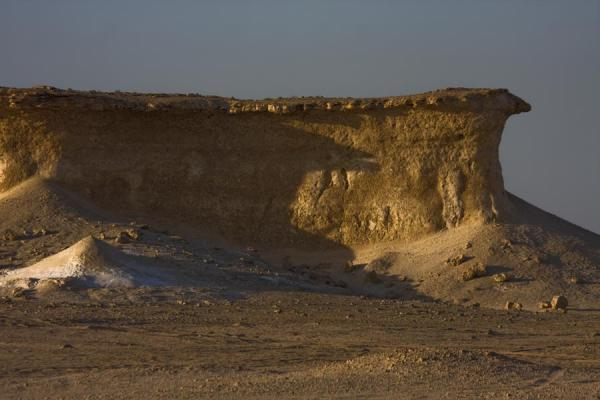 Foto di One of the many limestone formations in the desert of Bir ZekreetPaesaggio di Bir Zekreet - Qatar