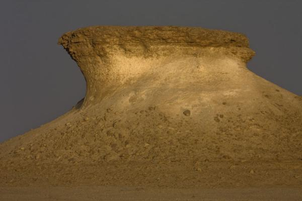 Foto di Mushroom shaped limestone formation in the landscape of Bir ZekreetPaesaggio di Bir Zekreet - Qatar