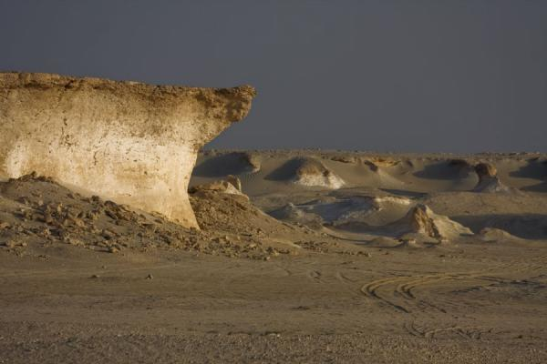 Foto di Limestone formation cutting through the desert like a ship through the oceanPaesaggio di Bir Zekreet - Qatar