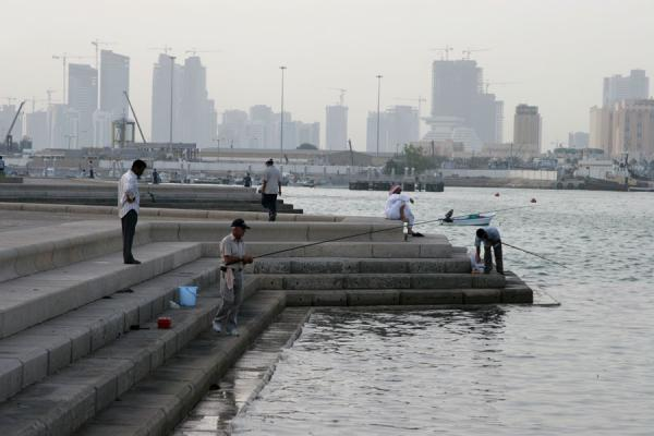 Foto van Fishermen on the Corniche of DohaDoha - Qatar