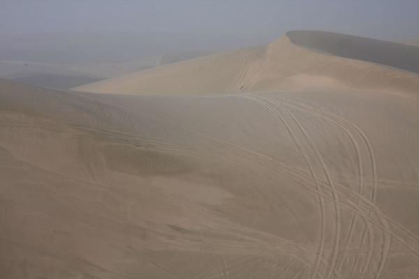 Foto di Tracks everywhere on the sand dunes of Khor al AdaidKhor al Adaid - Qatar
