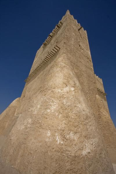 Foto di Looking up Barzan tower from belowUmm Salal Mohammed fort - Qatar