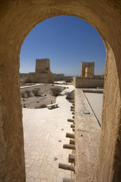 Foto di The two traditional towers seen from the minaret of the small mosqueUmm Salal Mohammed fort - Qatar