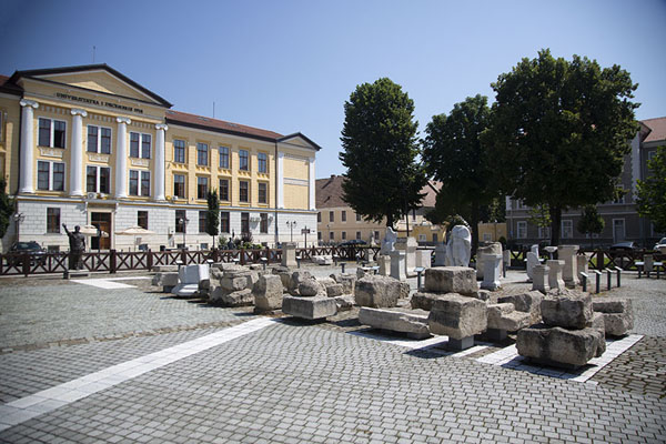 Remains of the Roman era on display on the main square in Alba Carolina | Alba Caroline Citadel | Roemenië