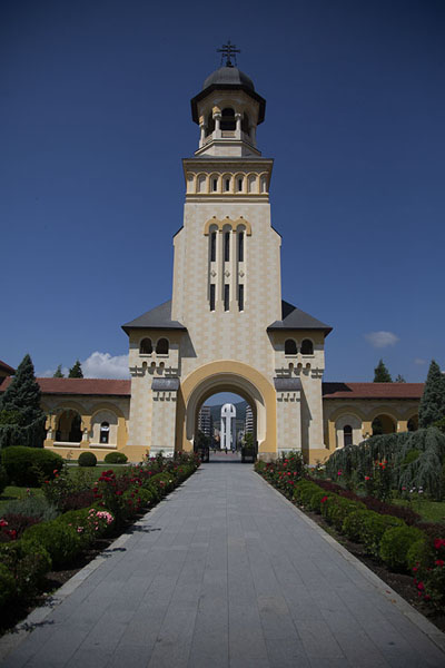 Foto van The entrance gate and tower of the Reunification Cathedral in Alba CarolinaAlba Iulia - Roemenië