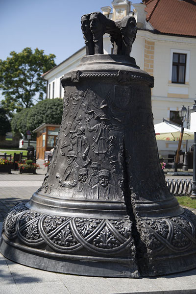Bell standing on the main street of the citadel | Alba Caroline Citadel | Roemenië