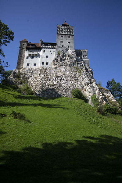Foto de Bran castle is built straight on a rocky outcropBran - Rumania
