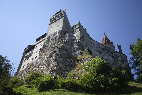 Foto de Bran castle rising up from the rocks on which it is builtBran - Rumania