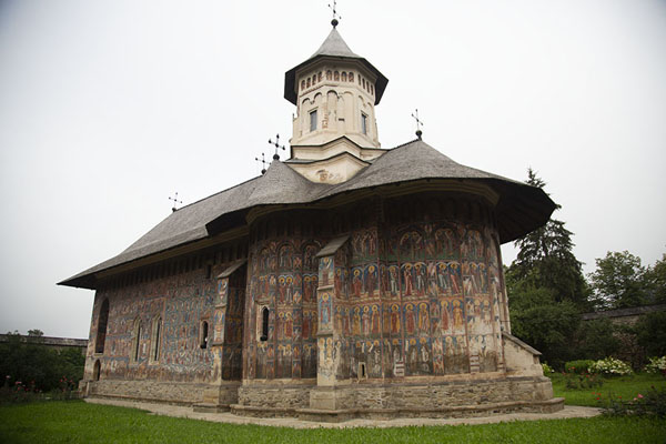 Foto van The murals of Moldovița Monastery have a brown overtoneBucovina - Roemenië
