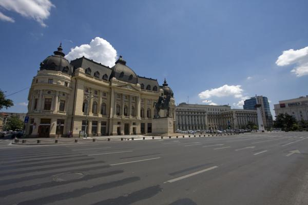 Foto di Revolution Square and the Central University Library building with Calea Victoriei - Rumania - Europa