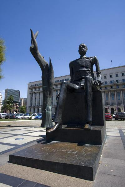 Foto van Statue of sitting man in front of the Senate building, formerly the Central Committee of the Communist PartyCalea Victoriei - Roemenië