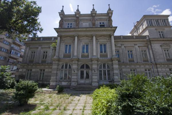 Foto van Built in neo-classical style in the 1830s for the later prince of Wallachia, Stirbei Palace is another jewel in the crown of Calea VictorieiCalea Victoriei - Roemenië