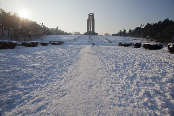 Foto van Mausoleum dominating snow-covered Carol Park - Roemenië - Europa