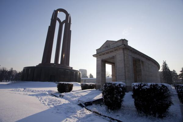 Foto van Mausoleum with semicircle containing remains of soldiers fallen in World War ICarol Park - Roemenië