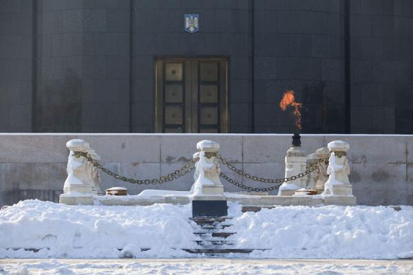 Picture of Carol Park (Romania): Monument of the Unknown Soldier with eternal flame in front of the mausoleum