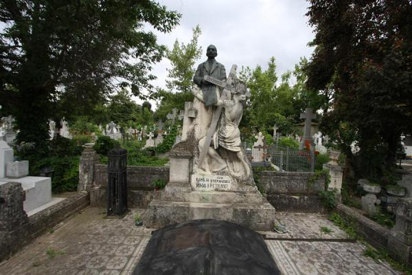 Picture of Ghencea Cemetery (Romania): Grave with statue at Ghencea Cemetery