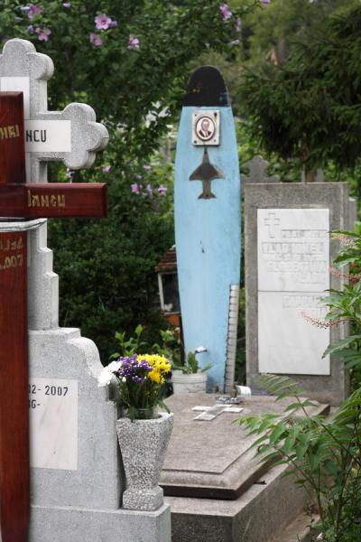 Picture of Ghencea Cemetery (Romania): Graves of aviation heroes are marked by a propellor blade