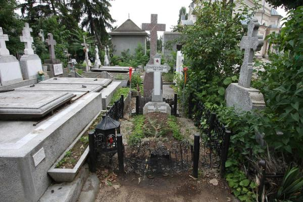Picture of Ghencea Cemetery (Romania): The grave of Nicolae Ceaucescu squeezed in between other graves