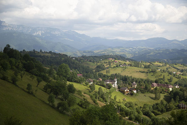Foto de Looking out over the landscape with the village of Măgura in the foregroundKalibash - Rumania