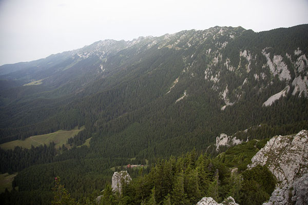 Foto van The Piatra Craiului ridge of the Carpathian mountains runs northwest of MăguraKalibash - Roemenië